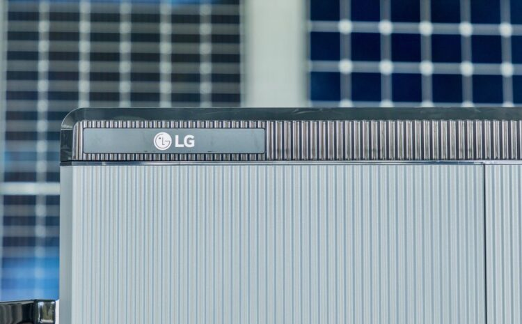 HOW SOLAR BATTERIES KEEP THE POWER ON DURING A BLACKOUT